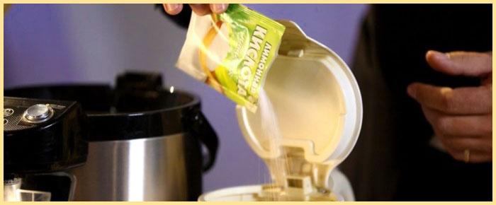 Насыпание лимонки в чайник