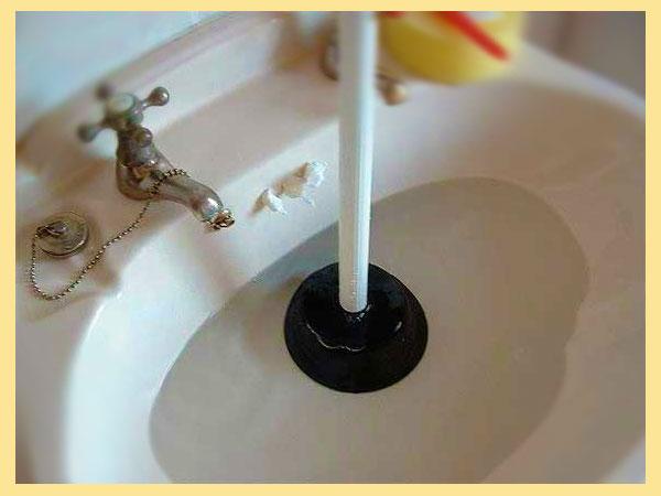 Чистка вантузом засора в раковине