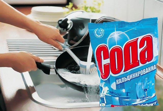 Чистка сковороды с кальцинированной содой