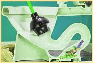 Как прочистить унитаз от засора в домашних