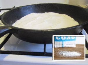 Сковорода прокаливается солью