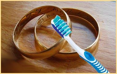 Золотые кольа и зубная щетка