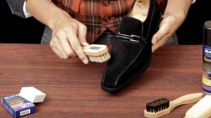 Очищение любых пятен следует производить только с полностью высушенной обувью