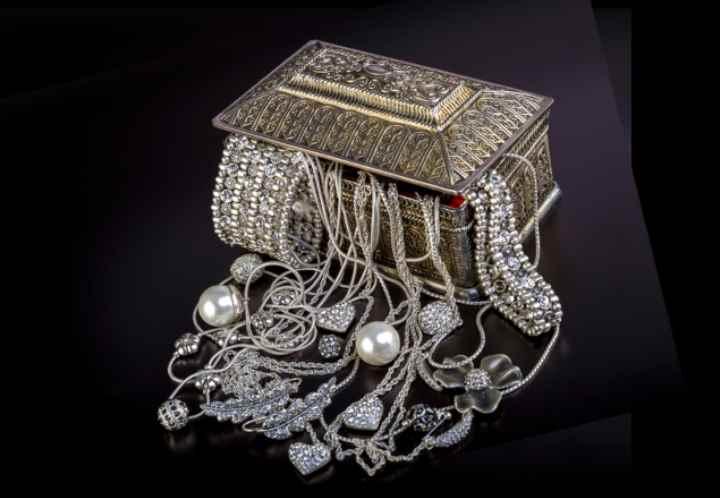 Существует множество народных средств для придания серебряным изделиям первоначального вида