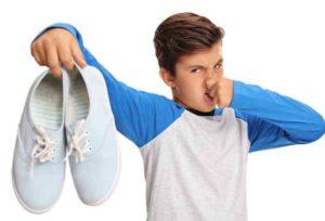 Причин развития бактерий, а как следствие и плохого запаха, который «поселился» в любимых ботиках или кроссовках множество.