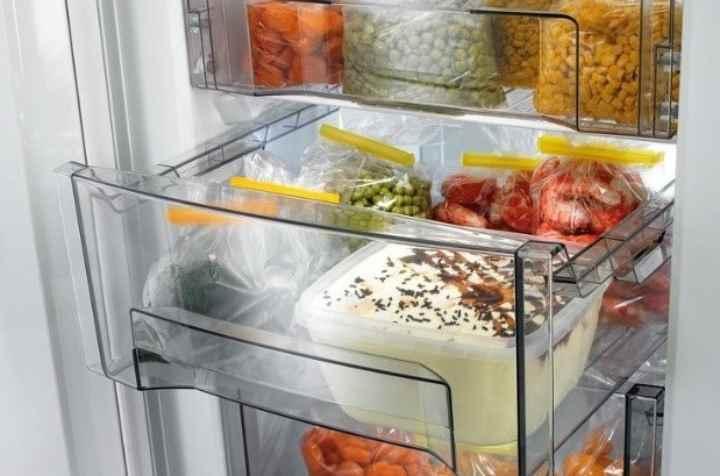холодильник установлен на неровной поверхности