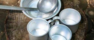 Поместите в полученный отвар изделие из алюминия на полтора часа, прополощите и протрите насухо.