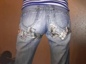 Даже самая плотная джинсовая ткань имеет способность изнашиваться