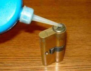 Замочную скважину следует предварительно прочистить. Для этого обильно вводят специальное средство для очищения. Все инородные частицы выйдут наружу