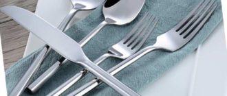 Чтобы отмыть столовые приборы от черноты, используют свежевыжатый сок лимона. В него обмакивают губку, зубную щётку или тряпочку и оттирают поражённые места.