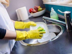 - посуду из алюминия чистят с помощью пищевой соды, затем ополаскивают и вытирают насухо.