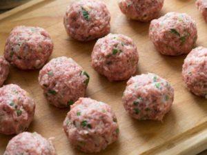 мясной фарш (говяжий, свиной, из баранины) может быть пригодным до 1 суток;