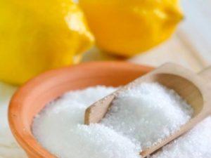 Лимонную кислоту заливают вместе с водой в чайник