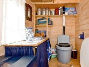 Чтобы упростить уход за туалетом, оптимально вручную яму очищать по окончании каждого дачного сезона.