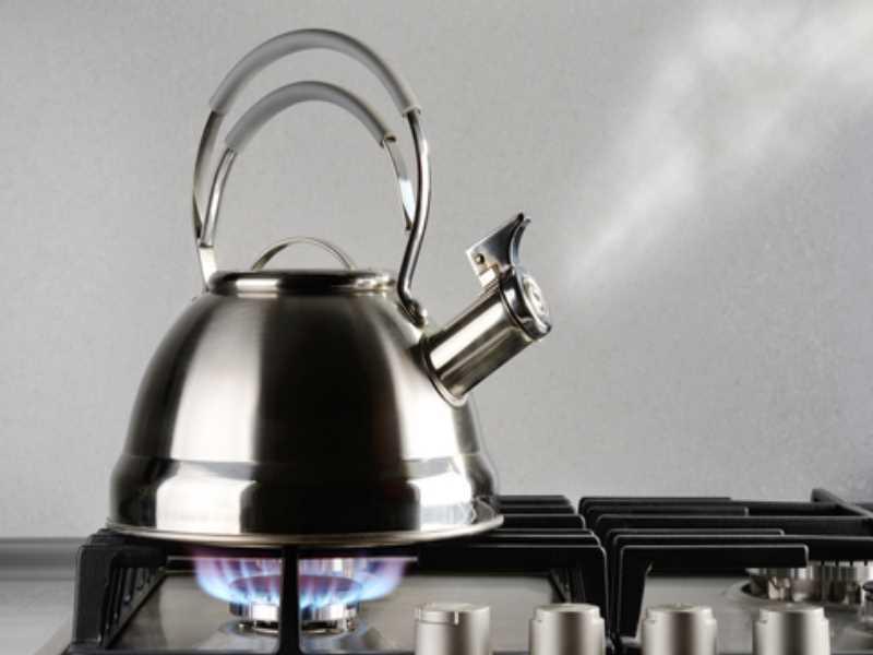 Горчичный порошок тоже нужно нанести на поверхность чайника и оставить на 20 минут