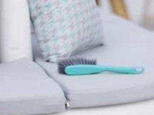 Изучить инструкцию к мягкой мебели, в которой должен указываться способ осуществления очистки.