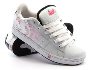 Приобретая новую пару кожаных ботинок, нужно сразу же покрыть их воском