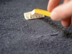 чтобы удалить катышки с одежды в домашних условиях применяются бритвенные станки