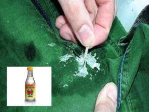 Выньте вещь из морозилки. Не давая жвачке разморозиться, быстро удалите её с поверхности ткани