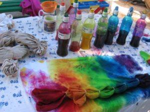 Сделайте пробный вариант – покрасьте кусочек ткани, сходной с материалом вещи.