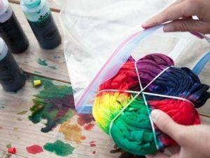 Пользуйтесь защитными перчатками, работая с красящим веществом.