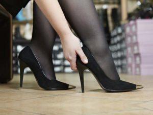 Как разносить замшевые туфли, которые жмут и натирают