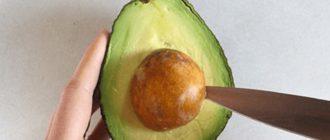 Для этого нужно воткнуть нож в середину широкой части авокадо и вводить его в мякоть
