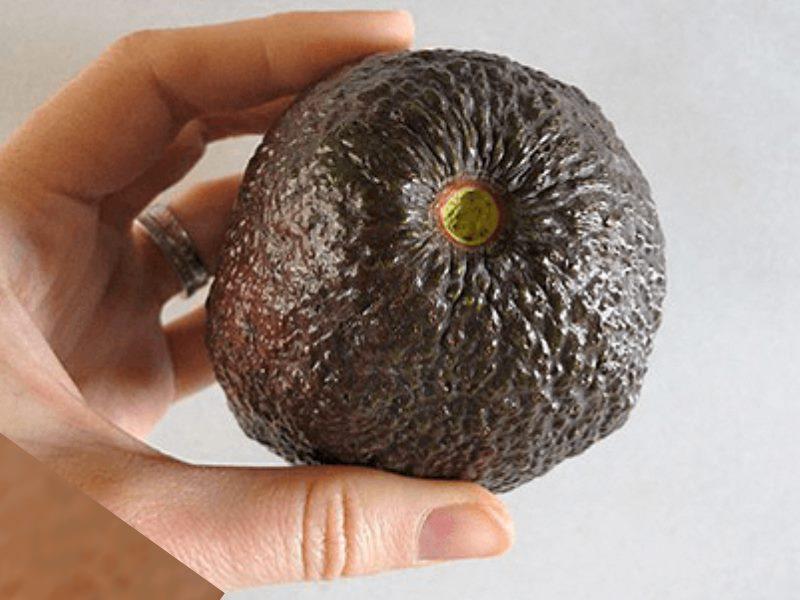 авокадо есть косточка, которую нельзя употреблять в пищу