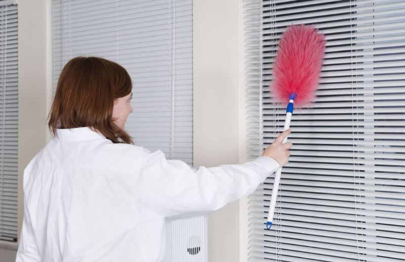 повесить обратно жалюзи на окно