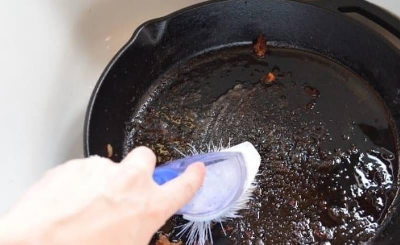 щетка и сковорода