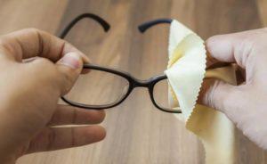 Как почистить очки в домашних условиях