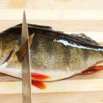 Как чистить судака ножом под краном с водой