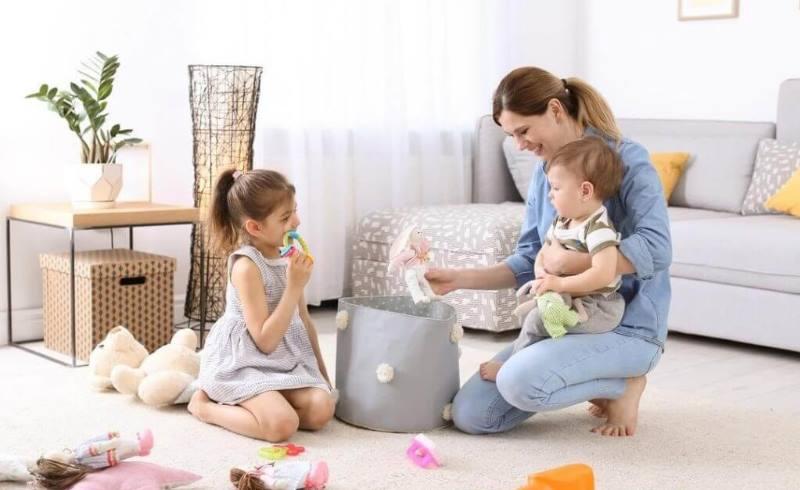 все мелкие игрушки и предметы нужно убирать в специальные ящики
