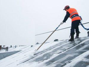 Как убрать снег с крыши коттеджа своими руками